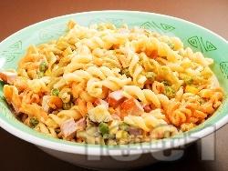 Макаронена салата с паста триколоре, кренвирши, кисели краставички, грах, царевица, майонеза и сметана - снимка на рецептата